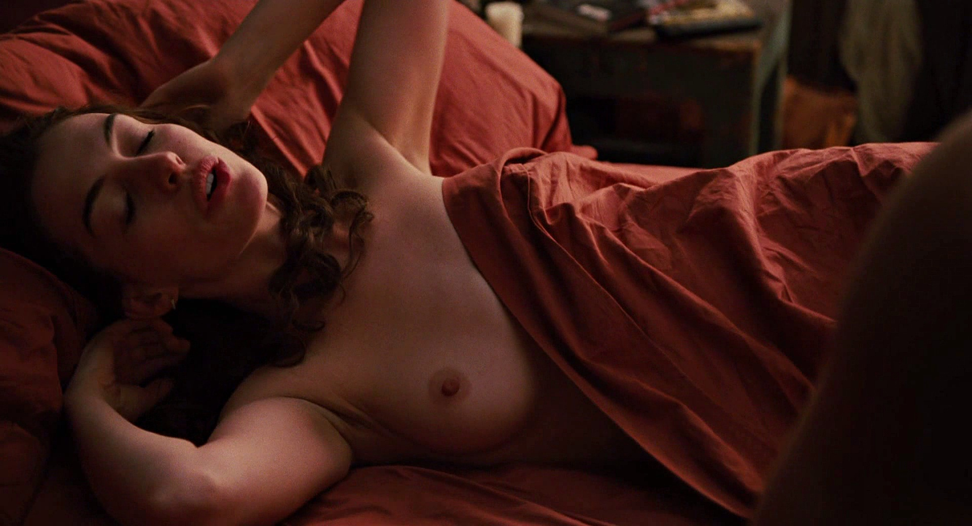 Anne Hathaway naked boobs