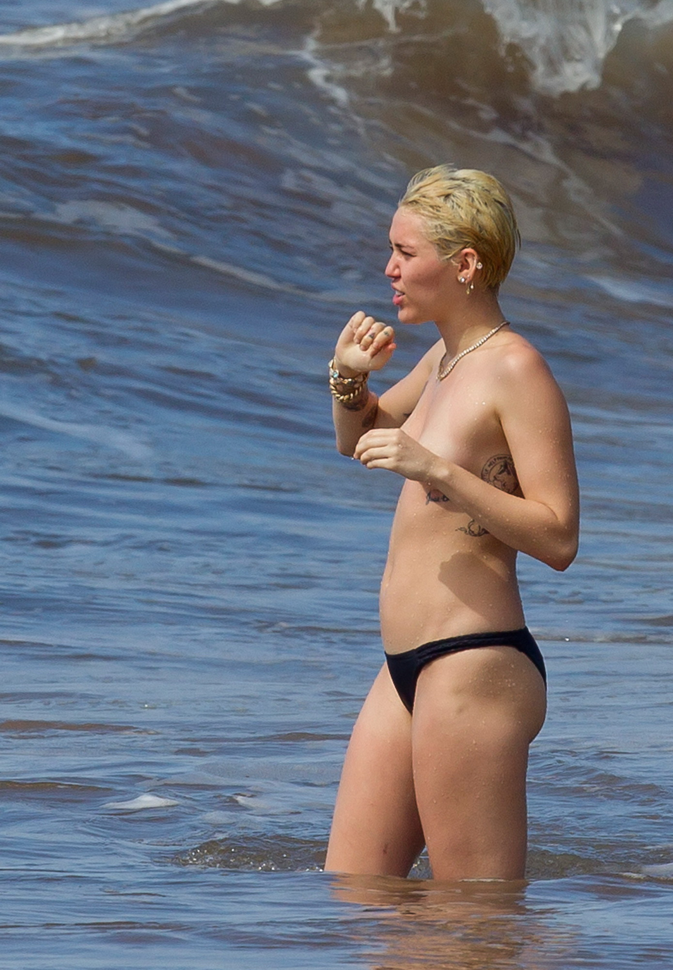 Miley Cyrus pussy showing