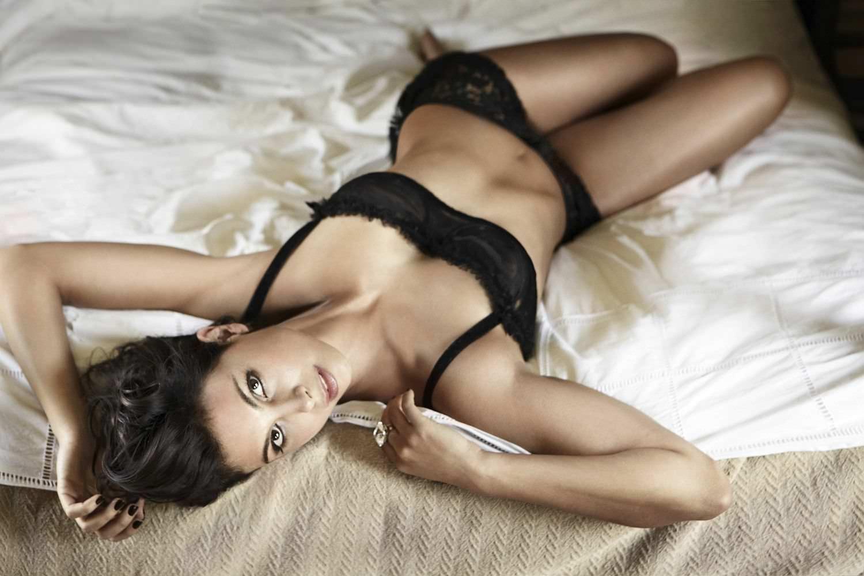 Morena Baccarin hot boobs
